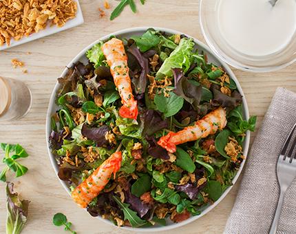 Salada morna de camarões