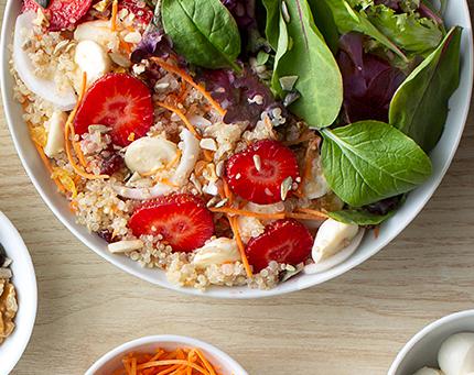 Salada de quinoa e morangos