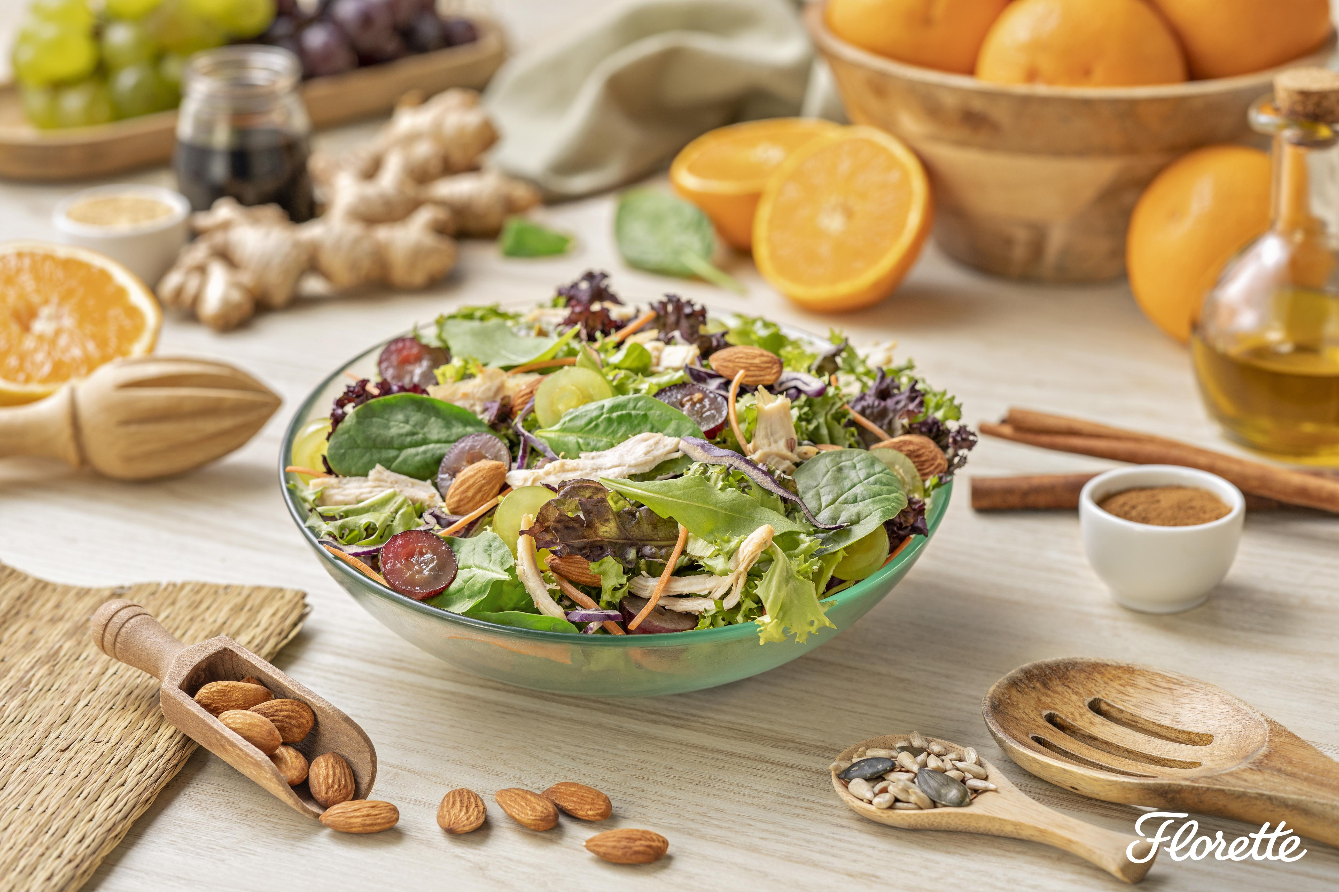 Salada de frango, amêndoas e uvas